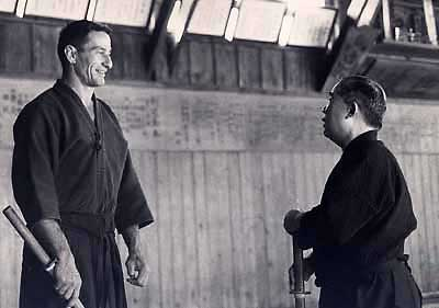 Me Donn F. Draeger écoute l'enseignement de Me Takaji Shimizu (années 1960)